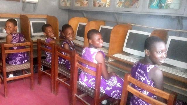 Proyecto de Cooperación en Ghana: dotar de material informático
